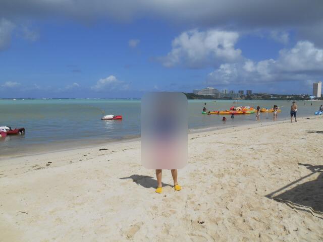 グアムのビーチでマリンシューズ着用画像