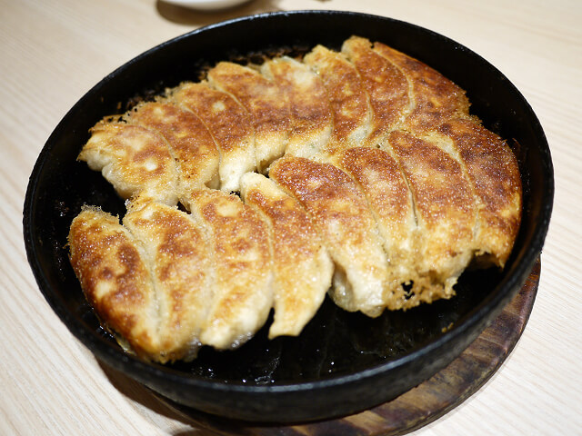 小倉鉄なべエキナカ店の鉄鍋餃子画像