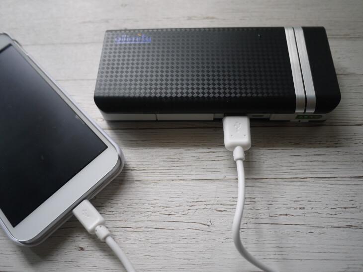 モバイルバッテリーによるスマホ充電中画像