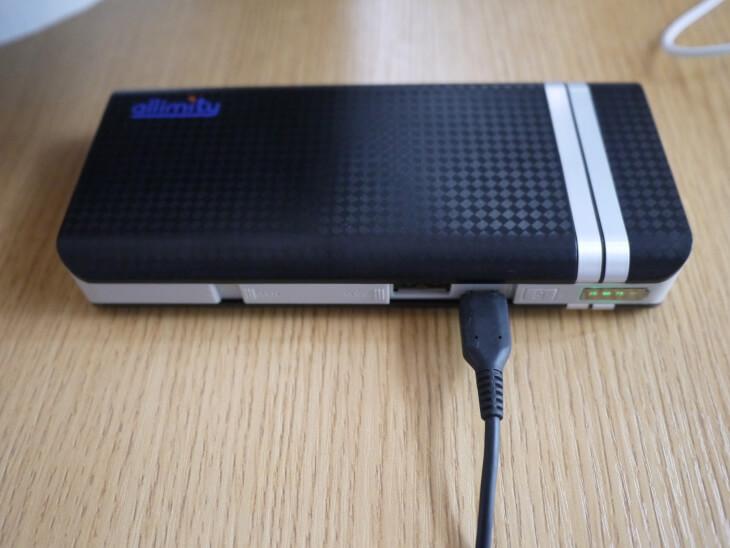 モバイルバッテリー本体充電中画像