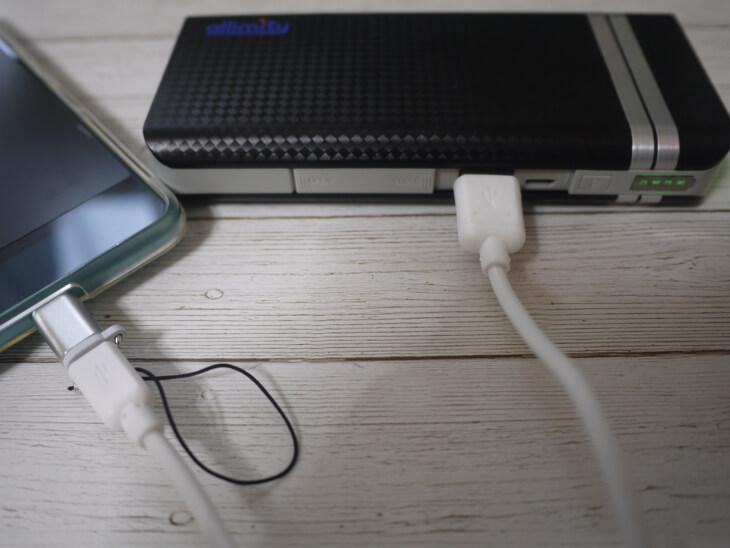 モバイルバッテリーのUSB Micro-BにType C変換アダブタを接続した画像