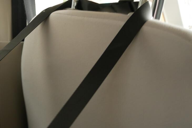 ペットボックスを後部座席に取り付ける画像