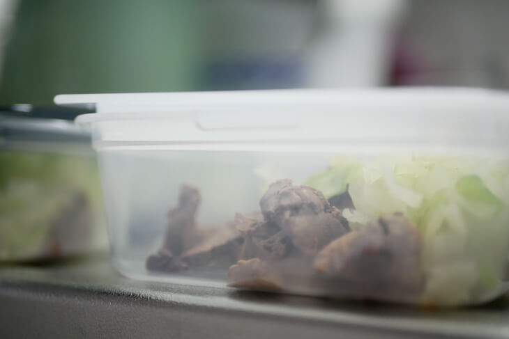 タッパに入った犬の食材画像
