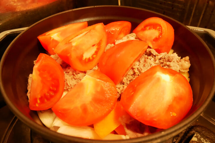 ストウブ鍋に食材を加えた画像