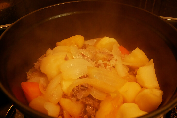 ストウブ鍋で調理した無水肉じゃが完成画像